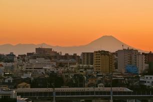 東京から富士山暮色と新幹線の写真素材 [FYI03842404]