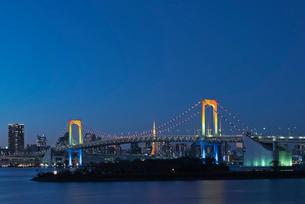 お台場レインボーブリッジと東京タワー暮色の写真素材 [FYI03842408]