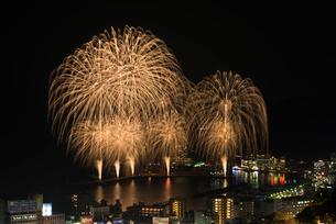 熱海海上花火大会 ワイドスターマインの写真素材 [FYI03842429]