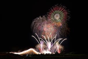 常総きぬ川花火大会 オープニング花火ナイアガラ富士200m付の写真素材 [FYI03842526]