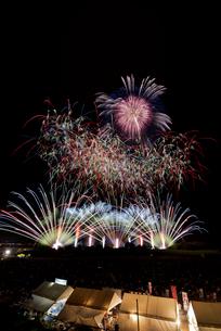 常総きぬ川花火大会音楽と花火のコラボレーション「マエストロ」の写真素材 [FYI03842529]