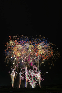 常総きぬ川花火大会 音楽と花火のコラボ「刹那にゆらぐ」の写真素材 [FYI03842539]