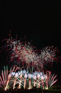 常総きぬ川花火大会音楽と花火のコラボレーション「マエストロ」の写真素材 [FYI03842548]