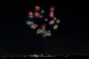 とりで利根川大花火 尺玉のパレード 千輪の写真素材 [FYI03842555]