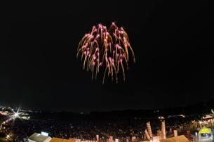 常総きぬ川花火大会 8号玉2発同時打ち 昇曲導付春色桜の写真素材 [FYI03842559]