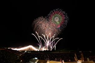 常総きぬ川花火大会 オープニング花火ナイアガラ富士200m付の写真素材 [FYI03842560]