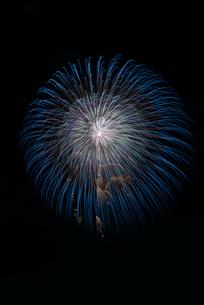土浦全国花火競技大会 昇り曲導付三重芯越の海雪の写真素材 [FYI03842653]