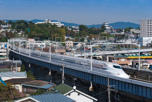 青空に東海道山陽新幹線N700A 小田原城望むの写真素材 [FYI03842667]