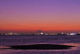 関東の富士見百景 富士山暮色と観覧車の写真素材 [FYI03842671]
