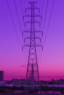 夕暮れの送電線と鉄塔の写真素材 [FYI03842704]