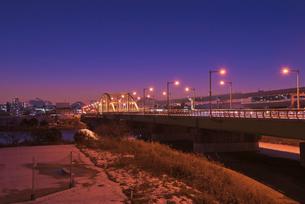 江北橋と東京遠望富士山雪景色暮色の写真素材 [FYI03842724]
