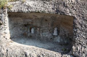 岩盤の穴に刻まれた石の人形の写真素材 [FYI03842836]