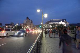 四条大橋(四条通)夕暮れの写真素材 [FYI03843021]
