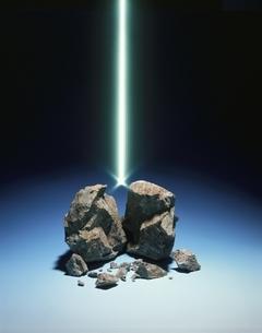 壊れた岩と光線の写真素材 [FYI03843186]