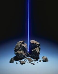 壊れた岩から出る光線(青)の写真素材 [FYI03843190]
