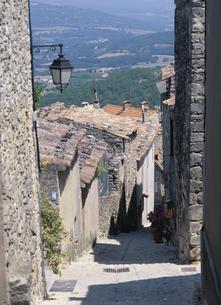 段々状坂道沿いの家並み カステレ プロバンス フランスの写真素材 [FYI03843255]