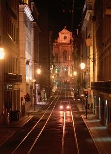 夜の光る市電の線路   リスボン ポルトガルの写真素材 [FYI03843263]