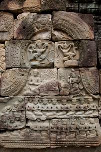アンコールワット タ・ソムの仏と信者たちの石彫の写真素材 [FYI03843449]