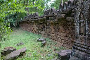アンコールワット タ・ソムの伽藍を囲む塀の写真素材 [FYI03843450]