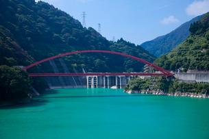 黒部渓谷の宇奈月ダムの写真素材 [FYI03843740]