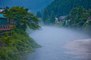 靄がかかる郡上八幡の吉田川の写真素材 [FYI03843763]