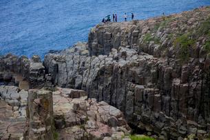 東尋坊の奇岩と観光客の写真素材 [FYI03843852]