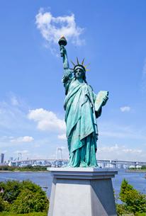 お台場海浜公園の自由の女神像とレインボーブリッジの写真素材 [FYI03844137]