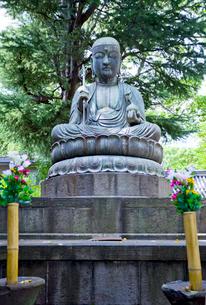 品川寺の銅造地蔵菩薩坐像の写真素材 [FYI03844151]