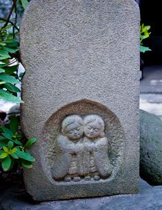 天祖神社の子ども道祖神の写真素材 [FYI03844194]