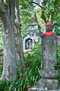 上野公園の仏塔と地蔵尊の写真素材 [FYI03844201]