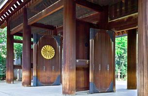 靖国神社の神門と菊の御紋の写真素材 [FYI03844248]
