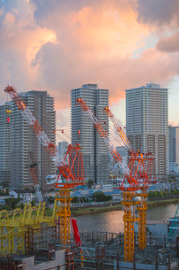 夕日の工事現場と墨田川沿いの高層マンションの写真素材 [FYI03844348]