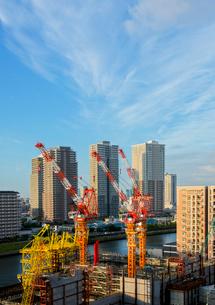 朝の墨田川沿いの工事現場と高層マンションの写真素材 [FYI03844350]