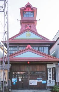 木造二階建の市消防団第三分団第三消防部屯所の写真素材 [FYI03844357]