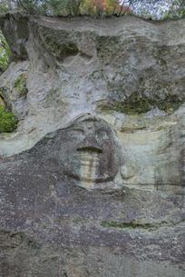 達谷窟毘沙門堂の岩面大仏の写真素材 [FYI03844433]
