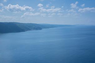 茅打ちバンダ展望台から望む沖縄本島北部エリア海岸線の写真素材 [FYI03844446]
