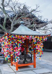 八坂庚申堂の願掛けくくり猿の写真素材 [FYI03844478]
