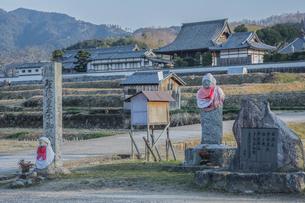 橘寺と聖徳太子誕生の石碑の写真素材 [FYI03844479]