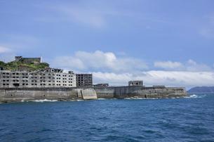 クルーズ船より望む軍艦島の写真素材 [FYI03844523]