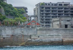 クルーズ船より望む軍艦島の高層アパートの写真素材 [FYI03844527]