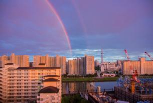 台風明け東京の夕景に虹の写真素材 [FYI03844558]