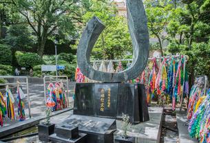電気通信労働者の原爆慰霊碑と千羽鶴の写真素材 [FYI03844565]