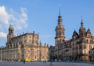 カトリック旧宮廷教会とドレスデン城の写真素材 [FYI03844604]