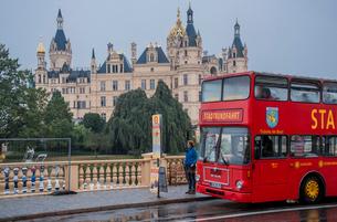 シュヴェリーン城と路線バスの写真素材 [FYI03844631]