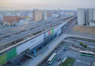 JR奈良駅と駅前ロータリーの写真素材 [FYI03844638]