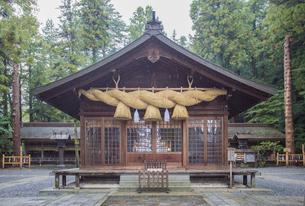 諏訪大社下社春宮の境内と神楽殿の写真素材 [FYI03844744]