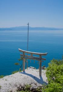 竹生島の龍神拝所かわら投げの写真素材 [FYI03844837]
