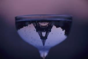 ワイングラスに逆さまに映るエッフェル塔 パリ フランスの写真素材 [FYI03845125]