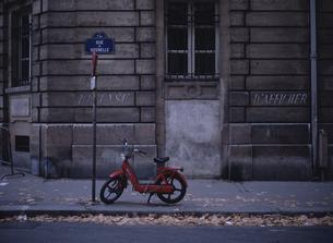街角のスクーター パリ フランスの写真素材 [FYI03845138]