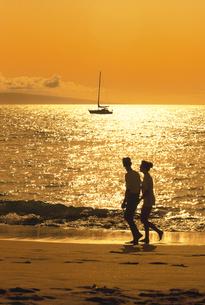 カアナパリビーチの外国人カップルのシルエット  マウイ ハワの写真素材 [FYI03845167]